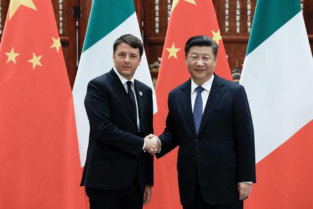 Chinese President Xi Jinping (R) welcomes Italian Prime Minister Matteo Renzi (L) for their meeting at the West lake State Guest House in Hangzhou, China, 03 September 2016.     EPA/LINTAO ZHANG / POOL
